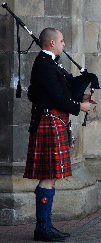 b28b796ede84 ... à l initiative de la Highland Society de Londres. Elle proposa aux  différents clans de déposer leur motif. Depuis la mode du tartan ne cesse  de croitre.